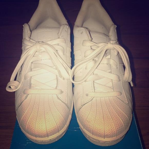 Zapatillas adidas superstar Blanco sobre blanco  mujer 75 poshmark